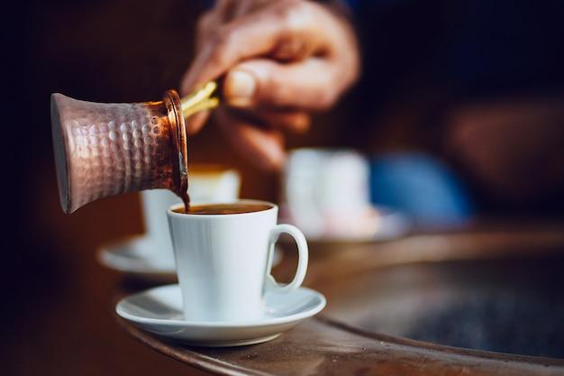 Matin avec le brassage du café turc