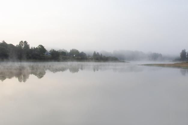 Matin brumeux de septembre sur la rivière. l'aube sur la rivière