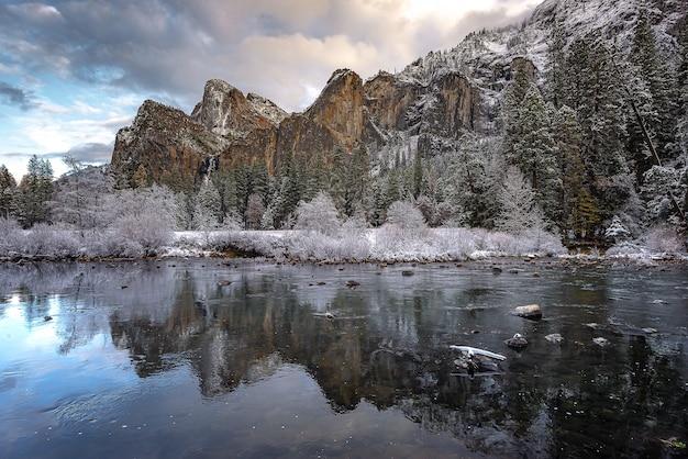 Matin à couper le souffle en hiver au parc national de valley view yosemite