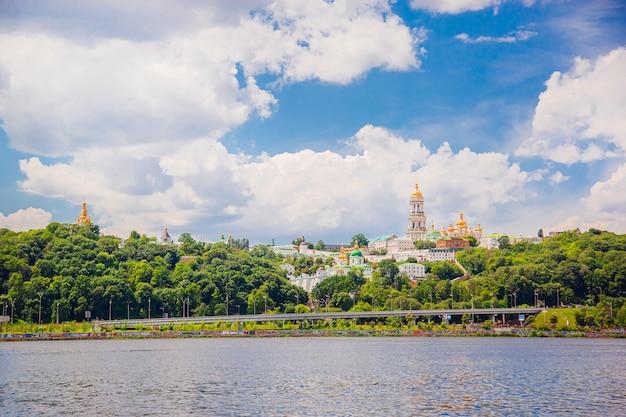 Matin dans la capitale de l'ukraine, la ville de kiev surplombant la laure de petchersk.