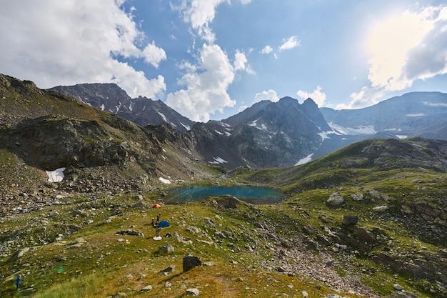 Matin dans les montagnes, un paysage fabuleux des montagnes du caucase. une randonnée