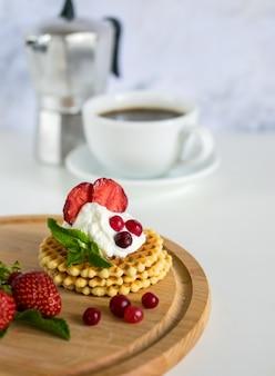 Matin délicieux petit déjeuner avec café et gaufres croustillantes belges