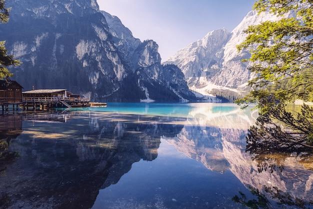 Matin d'été à lago di braies, italie