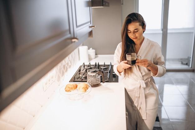 Matin de femme avec café et croissant