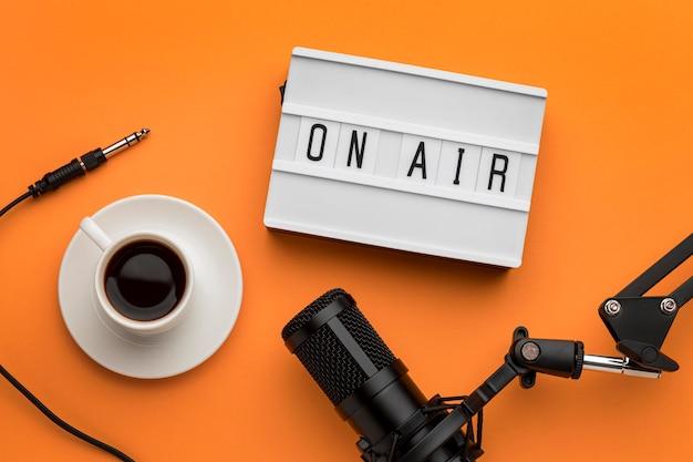 Matin sur le flux radio de la bannière aérienne et café
