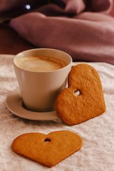 Matin d'hiver ou d'automne confortable à la maison. café chaud, couverture chaude de cookies et guirlande, concept hygge suédois.