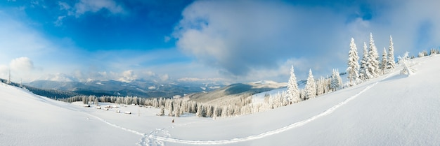 Matin d'hiver calme panorama de montagne avec groupe de hangars et crête du mont derrière (carpates, ukraine). six clichés piquent l'image.