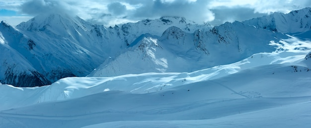Matin hiver paysage des alpes de silvretta. station de ski silvrettaseilbahn ag ischgl, tyrol, autriche. panorama.