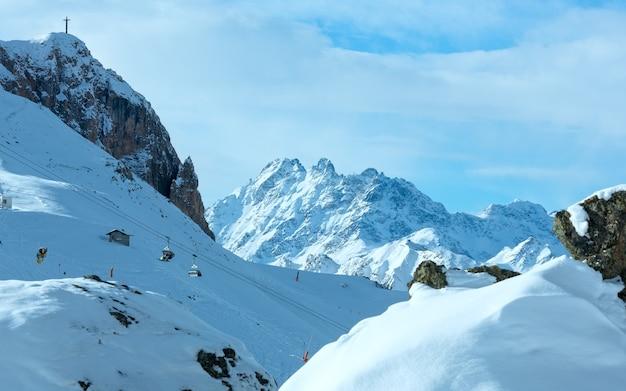 Matin hiver paysage des alpes de silvretta. station de ski silvrettaseilbahn ag ischgl, tyrol, autriche. tous les gens sont méconnaissables.