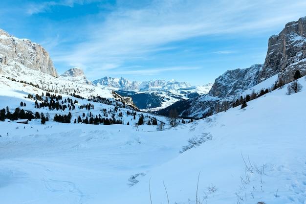 Matin hiver paysage de montagne rocheuse avec route serpentine. gardena pass dans les dolomites du tyrol du sud dans le nord-est de l'italie