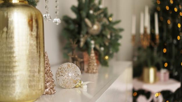Matin de noël. appartements classiques avec intérieur blanc, arbre décoré, bougies, décor de noël de couleur or