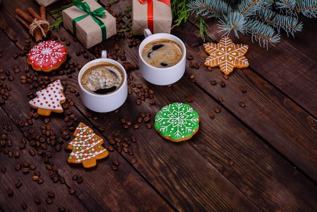 Matin de noël avec café parfumé et cadeaux