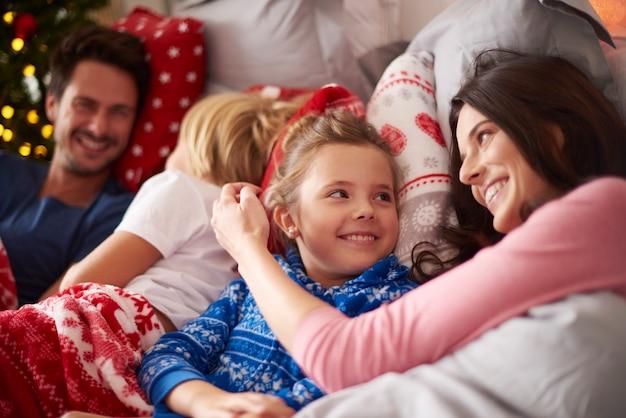 Le matin de noël pour une famille heureuse