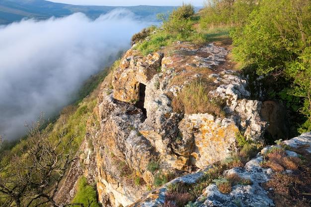 Matin nuageux vue du haut de mangup kale - forteresse historique et ancienne colonie de grottes en crimée (ukraine)