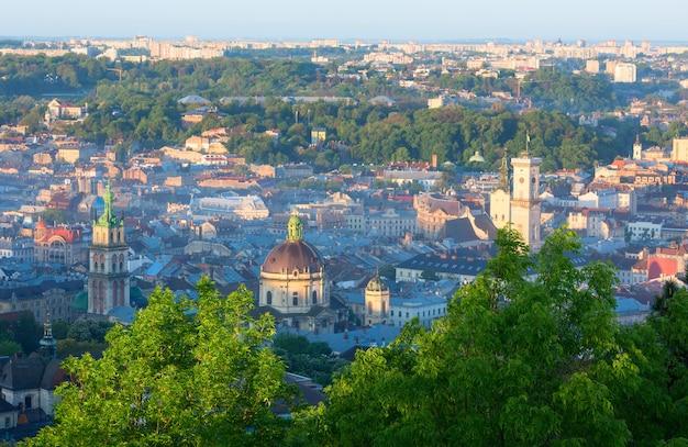 Matin partie centrale de la ville de lviv (ukraine) panorama depuis la colline du «haut château» (dans les rayons du soleil sur les flancs)
