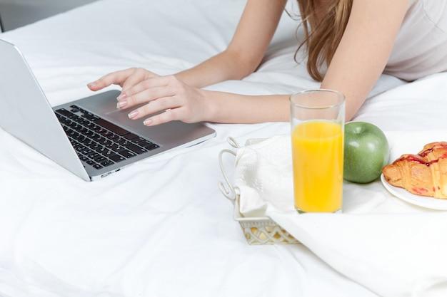 Le matin et le petit déjeuner de la belle jeune fille