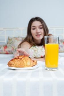 Matin et petit déjeuner de la belle jeune fille
