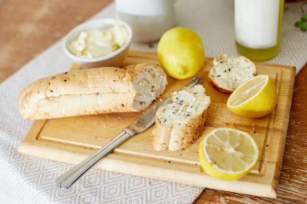 Matin petit déjeuner citron pain et beurre