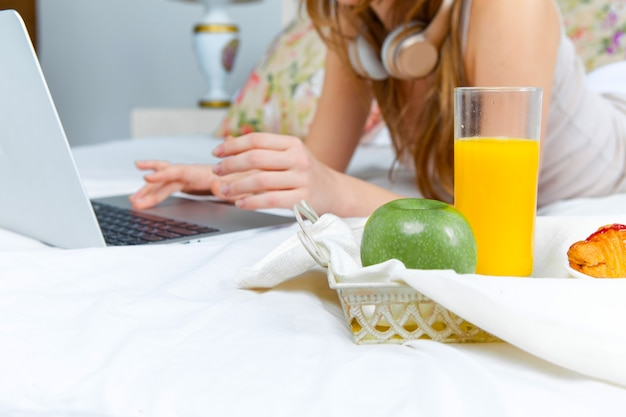 Le matin et le petit déjeuner de la jeune belle fille