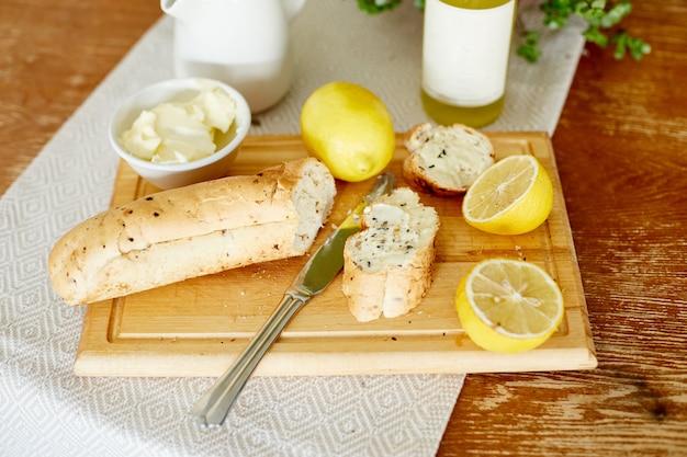 Matin petit déjeuner pain beurre limonade et citrons