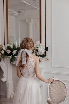 Matin et rassemblement de la mariée dans une robe élégante