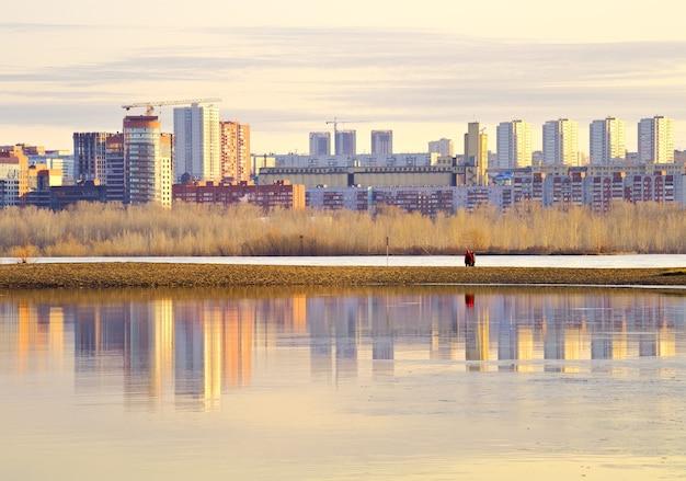 Matin sur la rivière ob à novossibirsk les immeubles de grande hauteur du nouveau quartier résidentiel
