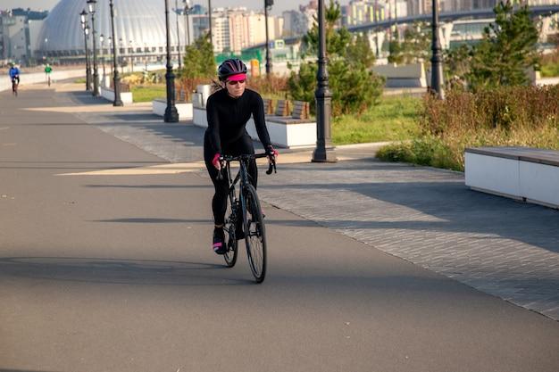 Le matin à vélo dans les rues de la ville