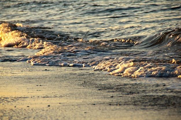 Matin vue sur la mer au lever du soleil