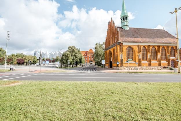 Matin vue sur la rue avec l'église saint pierre et paul à szczecin, pologne