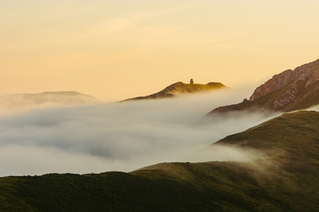 Une matinée ensoleillée en haute montagne. brouillard sur les collines altai. aube.