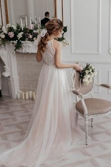 Matinée et rassemblement de la mariée en robe élégante avec le marié