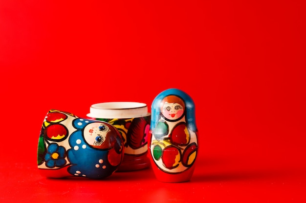 Matreshka traditionnelle russe sur surface rouge