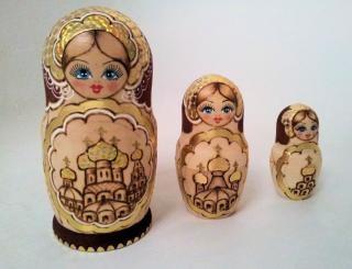 Matriochka poupée dorée