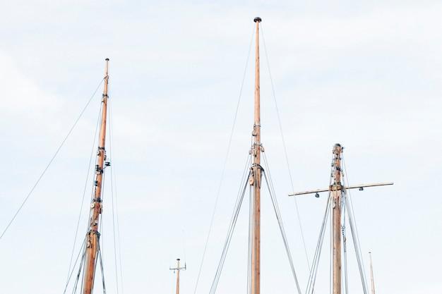 Mâts de navires contre des skys