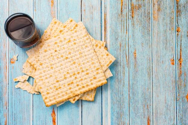 Matsa sur table en bois bleu. traditionnel juif. pain de pâque. vue de dessus. avec copie espace