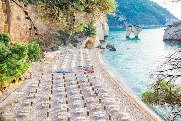 Mattinata faraglioni piles et côte de la plage de mergoli, vieste gargano, pouilles, italie.