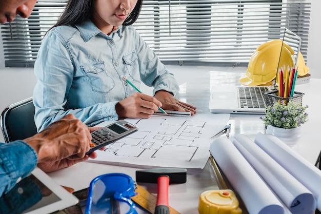 Mature architecte ingénieur homme utilisant un smartphone pour discuter de l'information avec un collègue plus jeune.