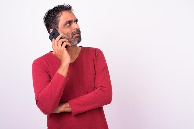 Mature bel homme indien barbu sur blanc
