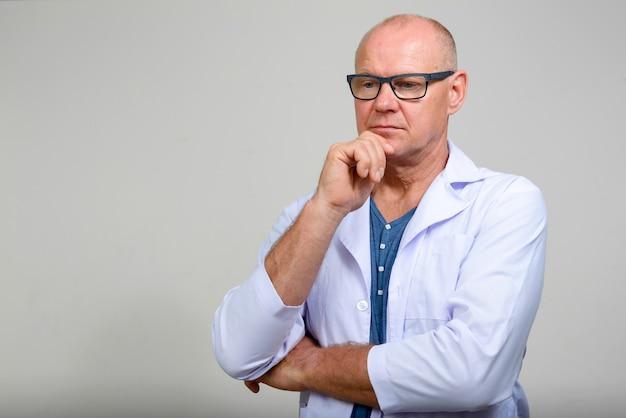 Mature, bel homme scandinave, docteur, à, lunettes