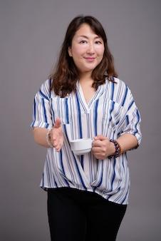 Mature, belle, asiatique, femme affaires, tenue, tasse café