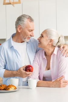 Mature couple d'amoureux famille debout à la cuisine