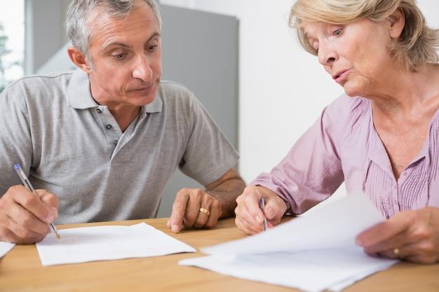 Mature couple discutant avec des documents