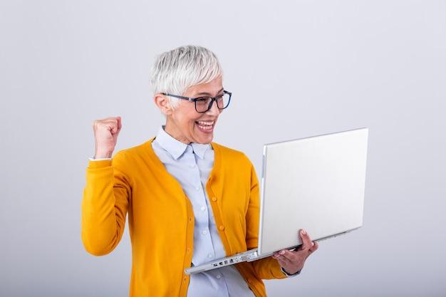 Mature femme d'affaires d'âge moyen regardant un ordinateur portable