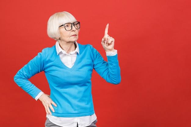 Mature, femme affaires, pointage, doigt, copie, espace