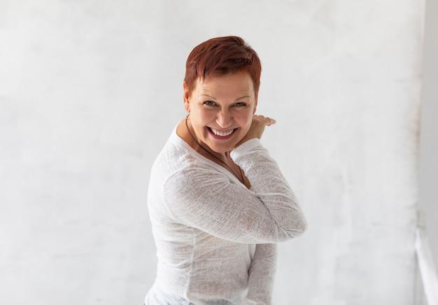 Mature jolie femme souriant à la caméra
