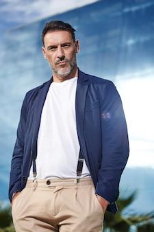 Mature posant avec veste bleue
