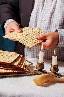 La matza de pâque est un pain traditionnel juif frais de sabbat.