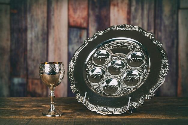 Matzah pessa'h pâques et une coupe d'argent remplie de vin avec une bénédiction traditionnelle