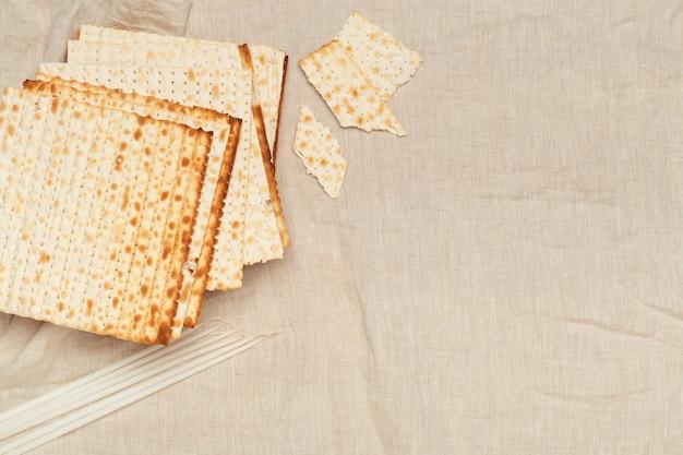 Matzo, matzoth pour la pâque juive, gros plan en bois