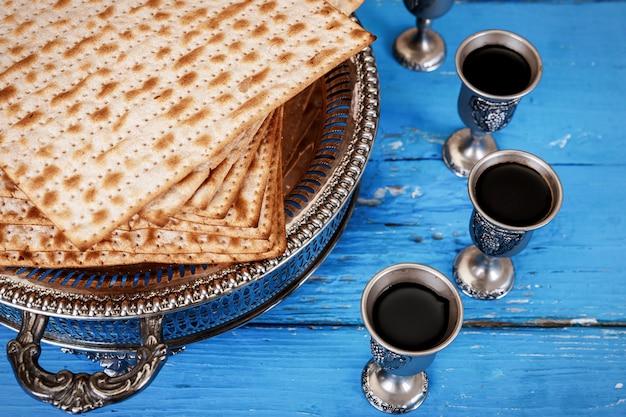 Matzot et quatre verres de vin rouge symboles de la pâque